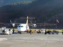 Vol de lignes aériennes du Bhutan avec le personnel au sol Photos libres de droits