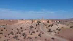 Vol de longueur de bourdon au-dessus d'un kasbah au Maroc banque de vidéos