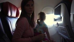 Vol de mère et de fille dans l'avion banque de vidéos