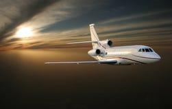 Vol de Ðœorning Avion à réaction de luxe au-dessus de la terre Images stock