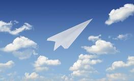 Vol de papier d'avion en ciel bleu, concept de chef Images stock