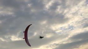 Vol de Paramotor dans le ciel banque de vidéos