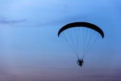 vol de paramotor/parapentiste dans le ciel de matin, photo de silhouette Photo stock
