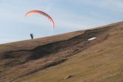 Vol de parapente au-dessus des montagnes Photos libres de droits