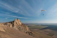 Vol de parapente au-dessus des montagnes Photo stock