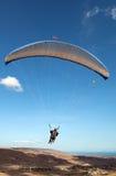 Vol de parapente dans le ciel Images stock