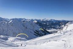 Vol de parapentiste dans les montagnes Photographie stock