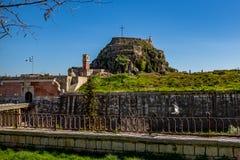 Vol de pigeon devant la forteresse de Corfou photographie stock libre de droits