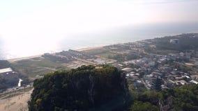 Vol de point supérieur de surveillance de colline avec des personnes au-dessus de ville clips vidéos