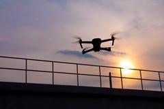 Vol de quadcopter de bourdon au coucher du soleil Photos stock