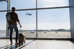 Vol de regard de touristes masculin Image stock