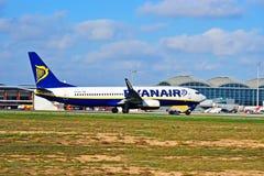 Vol de Ryanair décollant d'aéroport d'Alicante Photographie stock