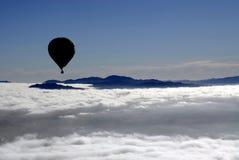 Vol de silhouette de ballon d'air chaud photos libres de droits