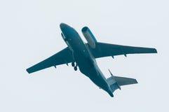 Vol AN-74 de société d'Utair Photographie stock libre de droits