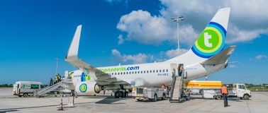 Vol de Transavia Boeing 737-700 à l'aéroport de Rotterdam la Haye Images stock