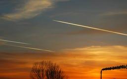 Vol de trois airplains dans le coucher du soleil photographie stock