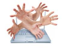 Vol de valeurs mobilières intimidant de mains de Cyber d'ordinateur   Photo stock