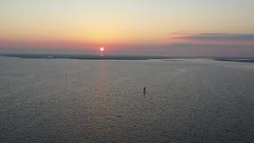 Vol de vue aérienne au-dessus de baie dans le lever de soleil banque de vidéos