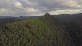 Vol de vue aérienne au-dessus du vol de hautes montagnes banque de vidéos