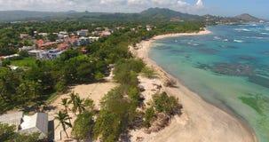 Vol de vue aérienne au-dessus de plage blanche tropicale de sable au lever de soleil Tir aérien stupéfiant des îles de Phi Phi en clips vidéos