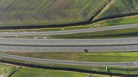 Vol de vue aérienne près de la route qui relie les villes principales de la Hollande Mouvement des voitures sur l'autoroute banque de vidéos