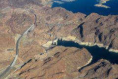 Vol de vue de paysage au-dessus du barrage de Hoover, Etats-Unis images libres de droits