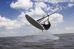 Vol de Windsurfer dans le ciel Photos libres de droits