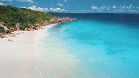 vol en avant du bourdon 4K au-dessus de l'eau clair comme de l'eau de roche d'océan de turquoise près à la plage tropicale de  clips vidéos