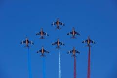 Vol en formation de Patrouille de France Images libres de droits