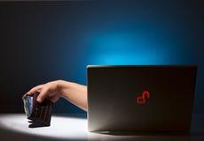 Vol et fraude d'Internet d'un ordinateur portatif sans garantie Photographie stock libre de droits