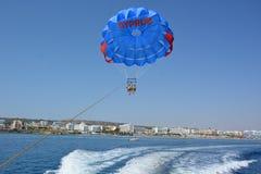 Vol extrême sur un parachute au-dessus de l'eau haute dans le ciel Images libres de droits