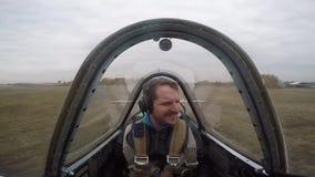Vol extrême sur un petit avion de sports Un homme vole dans le ciel, émotions banque de vidéos