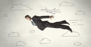 Vol gai d'homme d'affaires entre les nuages tirés par la main de ciel Image stock