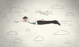 Vol gai d'homme d'affaires entre les nuages tirés par la main de ciel Image libre de droits