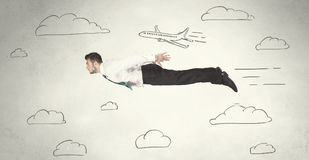 Vol gai d'homme d'affaires entre les nuages tirés par la main de ciel photo stock