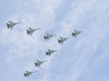Vol huit Su-30 dans le ciel Images libres de droits