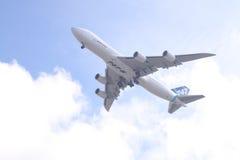Vol inaugural de 747-8 Images stock