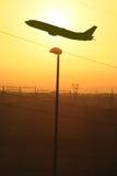 Vol industriel de coucher du soleil images libres de droits