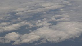 vol 4K plat au-dessus des nuages clips vidéos