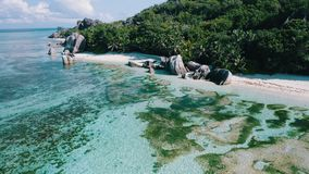 Vol latéral aérien du bourdon 4k au-dessus Anse plage argentée de source de De  sur l'île de Digue de La, Seychelles Lumière banque de vidéos