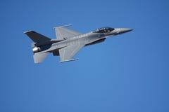 Vol militaire d'avion à réaction dans un ciel bleu photos stock