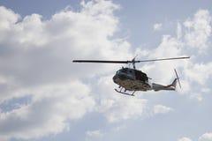 Vol militaire d'hélicoptère dans le ciel Photographie stock