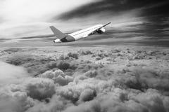 Vol par des nuages, nuages vus d'un avion, soleil, blanc de noir de fond de sol Photos stock
