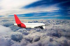 Vol par des nuages, nuages vus d'un avion, soleil, fond de sol Image stock
