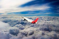 Vol par des nuages, nuages vus d'un avion, soleil, fond de sol Images stock