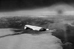 Vol par des nuages, nuages vus d'un avion, soleil, fond de sol, blanc noir Image stock