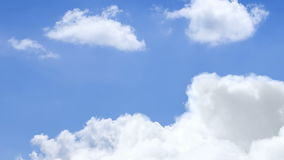 Vol par les nuages blancs à la journée banque de vidéos