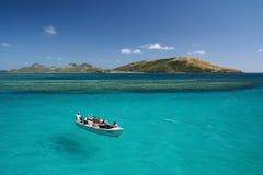 Vol plané de bateau sur l'océan de bleu de turquoise Photographie stock libre de droits