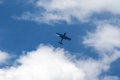 Vol plat bleu dans le ciel photos stock
