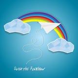 Vol plat de papier entre les nuages et au-dessus d'arc-en-ciel Fond d'affiche de coupe-circuit de succès d'idée avec le texte Images libres de droits